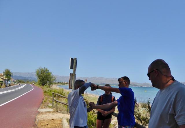 EDMKPollensa Mallorca Kitesurfing - Cris teaching us how to to talk to the kite
