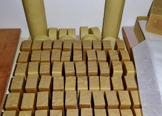 naturalmente-mediterraneo-soap-cutting
