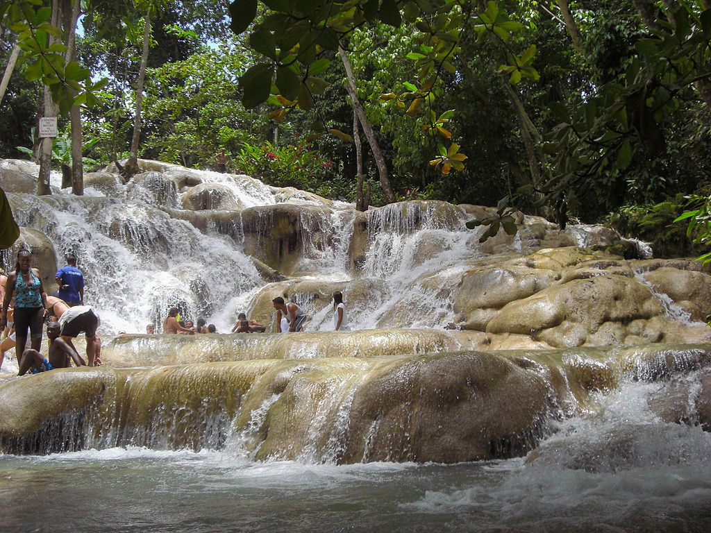 Ocho_Ríos-Jamaica03 dunn's river falls. photo By Diego Delso (Own work) [GFDL (http://www.gnu.org/copyleft/fdl.html) or CC BY 3.0 (http://creativecommons.org/licenses/by/3.0)], via Wikimedia Commons